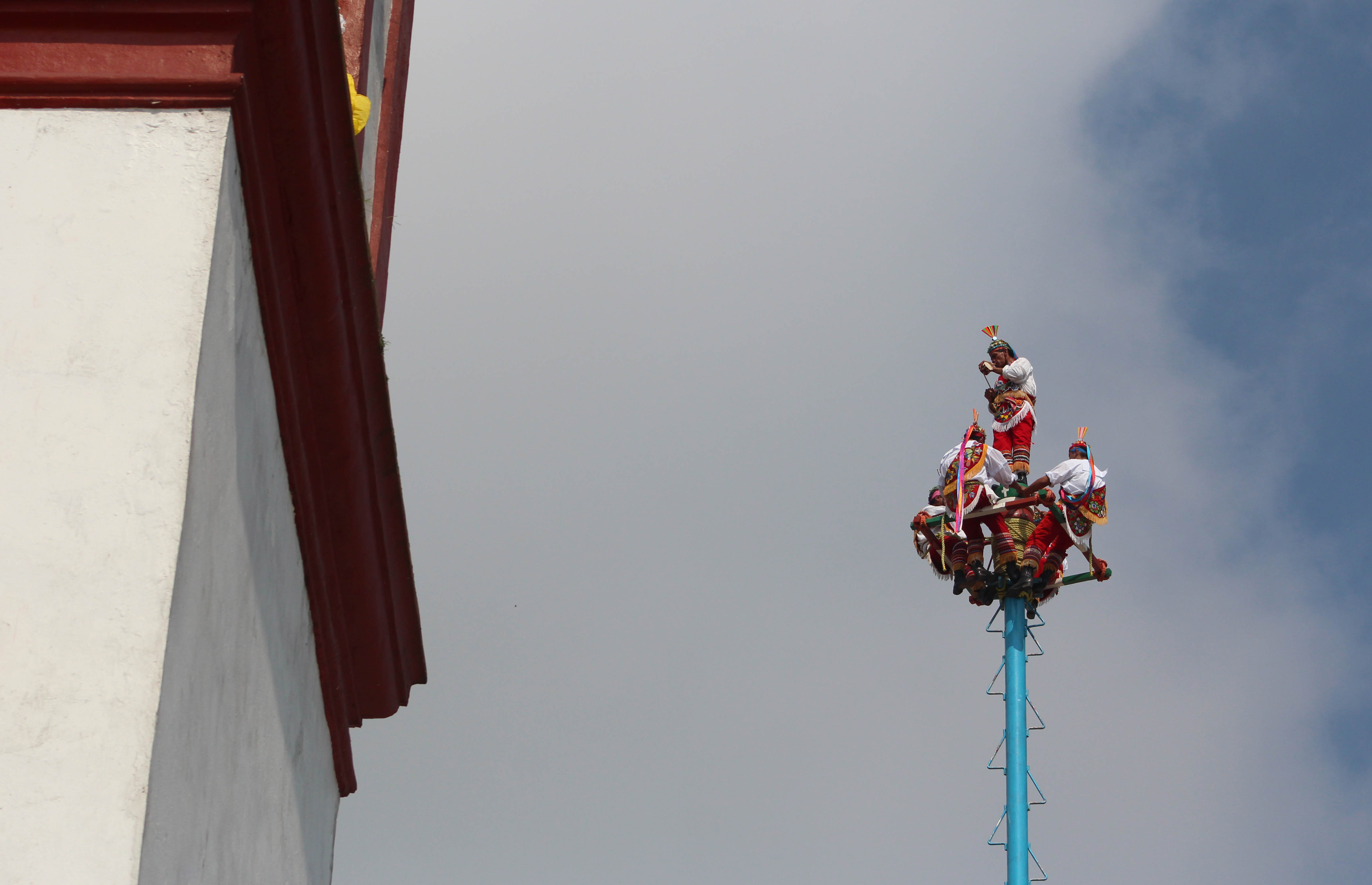 A caporal plays his song before the voladores take flight. (Photo by Amado Treviño)